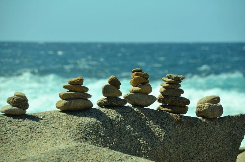 Aufgeschlichtete Steine am Meer